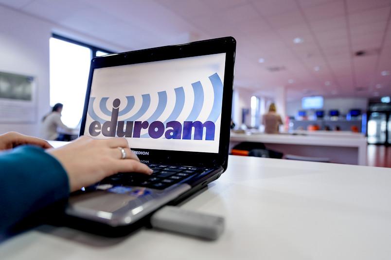 Eduroam ermöglicht es Studierenden und Mitarbeitern, sich an jeder Universität unkompliziert mit dem WLAN zu verbinden.
