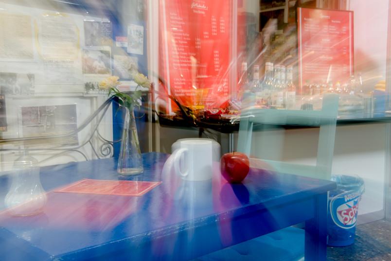 Apfel und Tasse auf einem Tisch