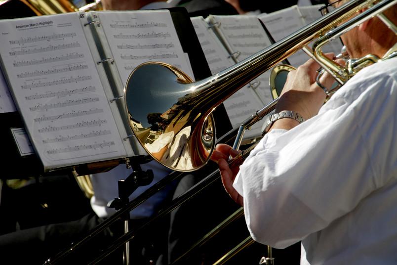 Ein Musiker spielt Trompete, auch das Notenblatt ist zu sehen