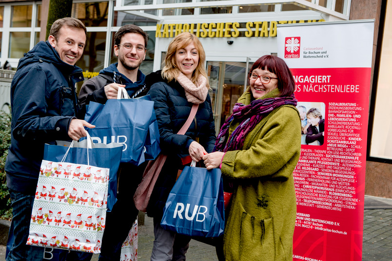 Übergabe der Spenden für Flüchtlinge
