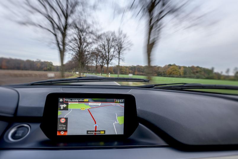 Autofahrer vertrauen dem GPS beim Navigieren auf unbekannten Routen. Angreifer können dieses Vertrauen ausnutzen und dem Navi eine falsche Position vortäuschen.