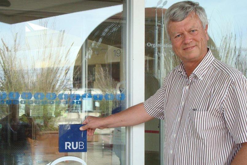 Fritz Caspers vor dem Globe of Science and Innovation, der das Besucherzentrum der berühmten Kernforschungseinrichtung CERN in Meyrin beherbergt.