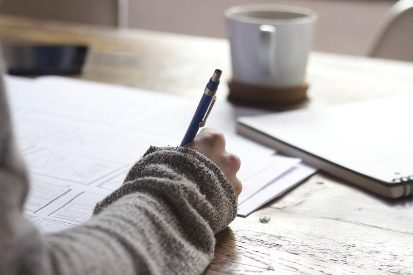 Man mag es kaum glauben: Es gibt noch Menschen, die keinen Computer haben und mit der Hand schreiben.