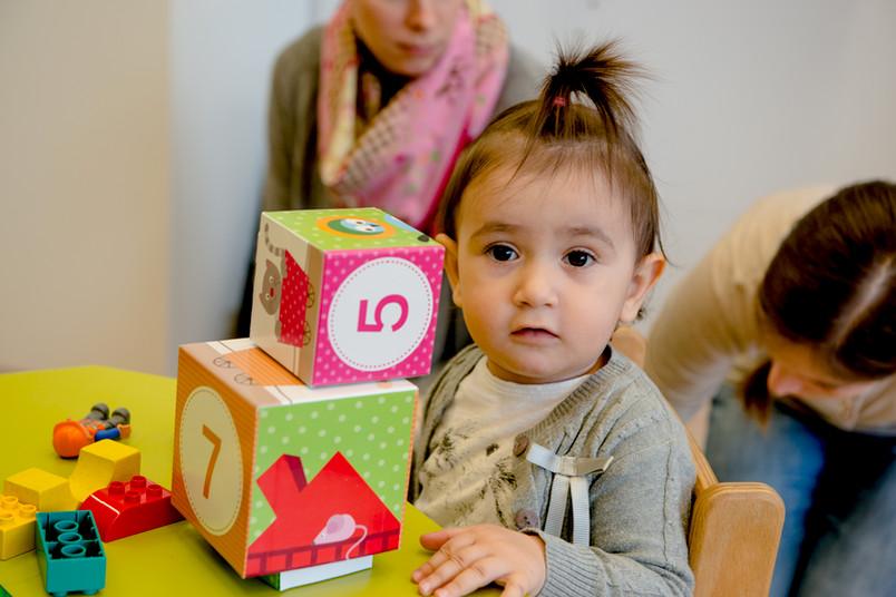 Kleines Mädchen mit Spielwürfeln