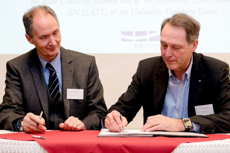Unterzeichneten am 11. Februar 2016 den Kooperationsvertrag: die Rektoren der Universitäten Duisburg-Essen und Bochum, Ulrich Radtke (links) und Axel Schölmerich