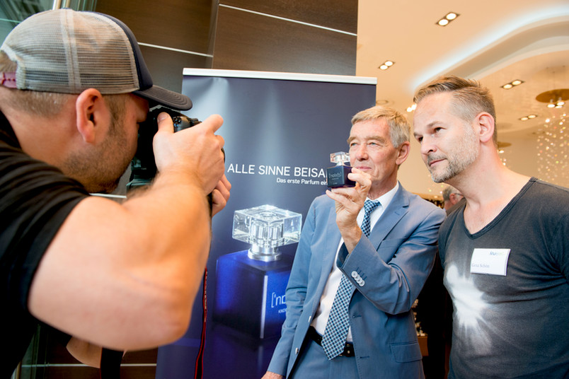 Riechforscher Hanns Hatt und Parfümeur Geza Schön (r.) bei der Präsentation von Knowledge am 22. Juli 2015.