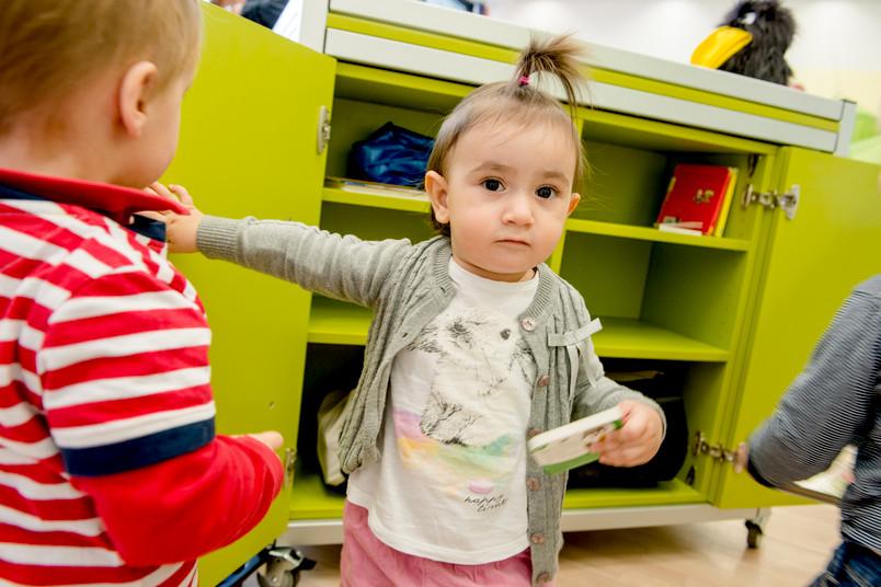Im mobilen Kinderzimmer gibt es beispielsweise jede Menge Bücher. Okay, mit vielen Bildern darin; man sollte von einer Zweijährigen auch nicht zu viel erwarten.