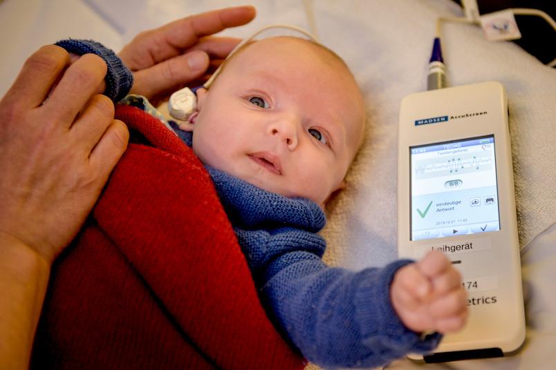 Hörstörungen früh zu erkennen ist für eine erfolgreiche Behandlung entscheidend.