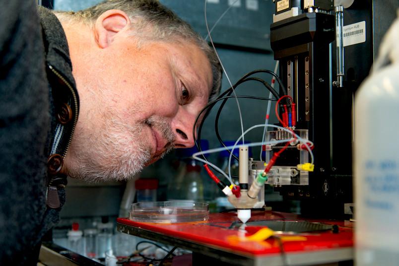 Wolfgang Schuhmann entwickelt mit seinem Team neue Elektroden, zum Beispiel für die Wasserstoffproduktion.