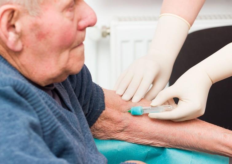 Ein Mann unterzieht sich einem Bluttest.