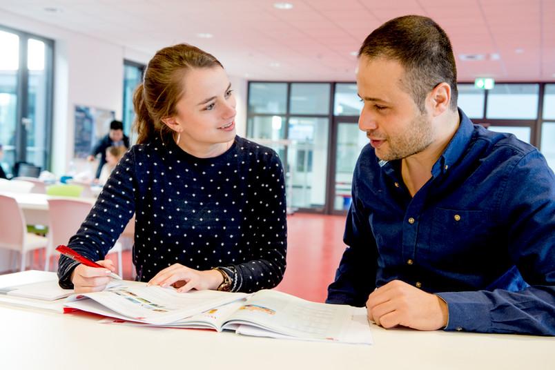 Hazem Alahmad (rechts) ist einer der Deutschschüler von Studentin Eva Günzel.