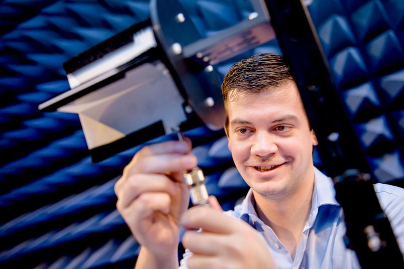 Die Entwicklung eines neuen Geräts zur Detektion von Landminen beginnt mit Versuchen unter hoch kontrollierten Bedingungen. Hier montiert Christoph Baer eine selbst gebaute Antenne für eine Messung.