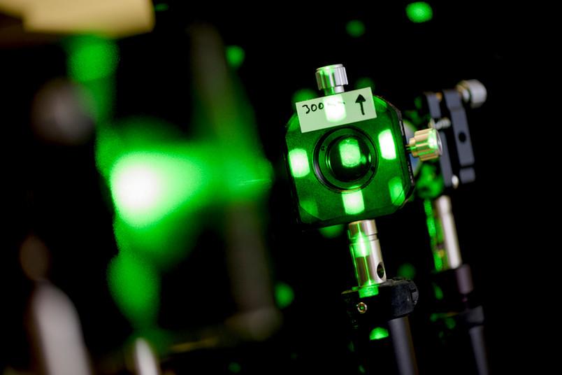 Ein Lichtschwert hat das Team am Lehrstuhl für Laseranwendungstechnik noch nicht entwickelt. Aber eine Art Traktorstrahl zum berührungslosen Festhalten von Objekten ist jeden Tag im Einsatz: die optische Pinzette, die mit Laserlicht arbeitet.