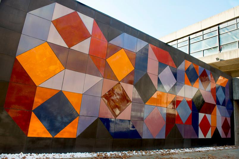 """Die restaurierte Keramikwand """"Ohne Titel"""" von Victor Vasarely am Hörsaalzentrum Ost ist ein schillerndes Beispiel für die Kunst am Bau auf dem Campus."""