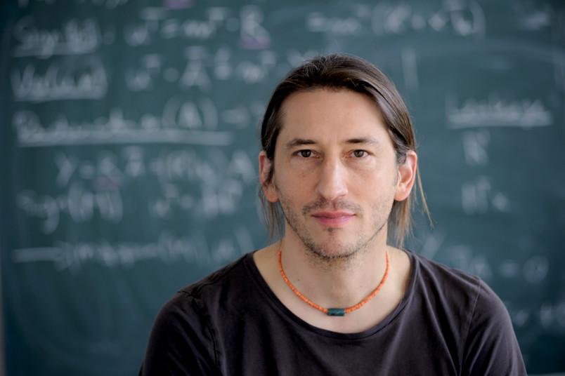 Theoretischer als bei Eike Kiltz am Lehrstuhl kann Forschung kaum sein. Er liebt diese Art von Mathematik.