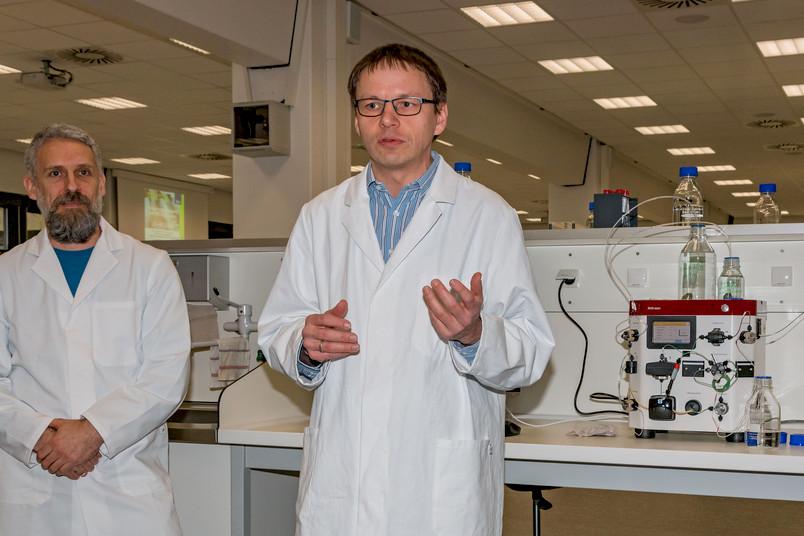 Dr. Marc Nowaczyk (links) und Prof. Dr. Eckhard Hofmann im neuen Schulungslabor der Biologie-Fakultät