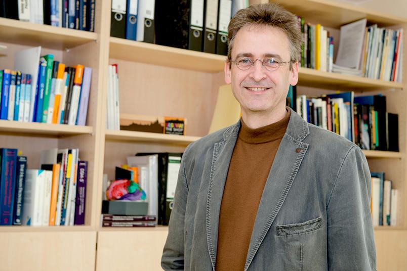 Eigentlich wollte Martin Brüne Biologie studieren. Dann ist er doch Psychiater geworden. In der evolutionären Psychiatrie kann er aber beide Interessengebiete gut miteinander verknüpfen.