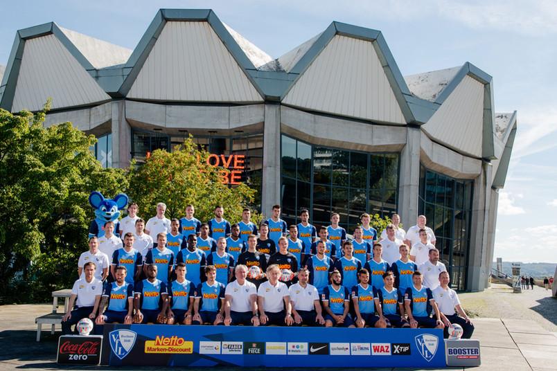 Posieren vor dem Audimax: Das VfL-Team schoss im September 2015 das neue Mannschaftsfoto an der RUB.