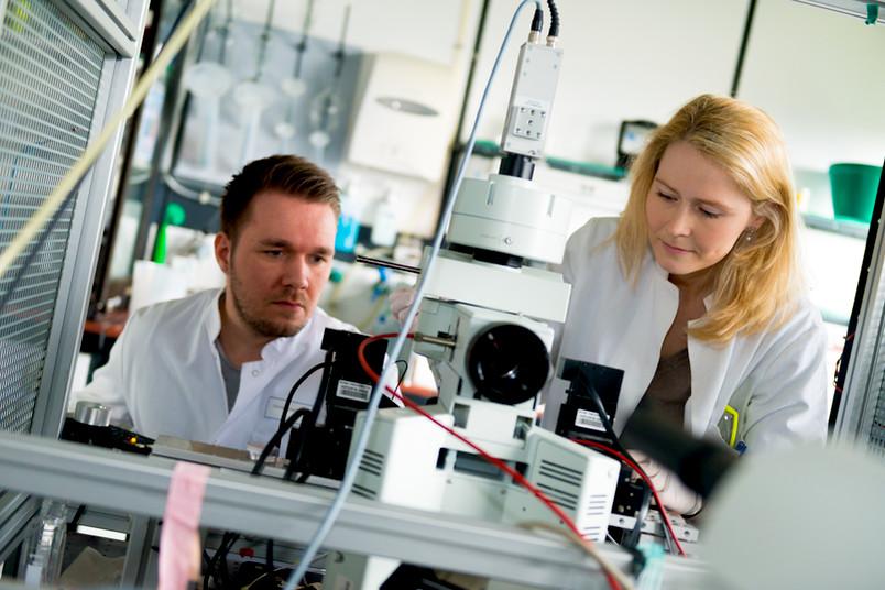 Dennis Eickelbeck und Katharina Spoida entwickeln optogenetische Werkzeuge an der Ruhr-Universität Bochum.