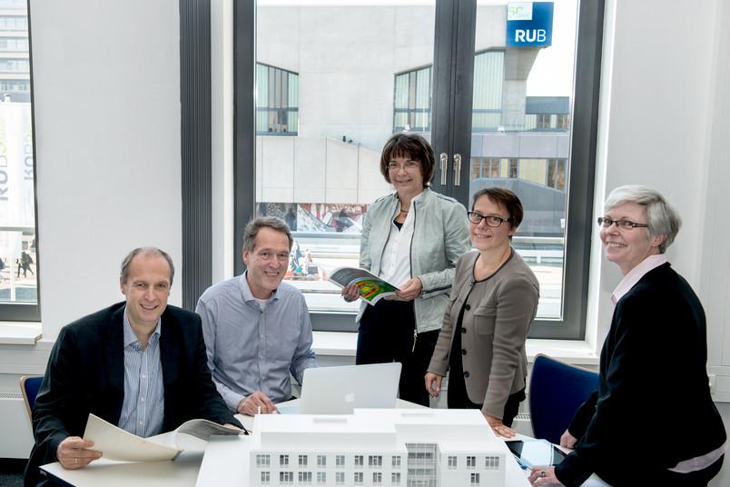 Setzen den hochschulweiten Dialog am 3. Mai 2016 fort: die Mitglieder des Rektorats der Ruhr-Universität