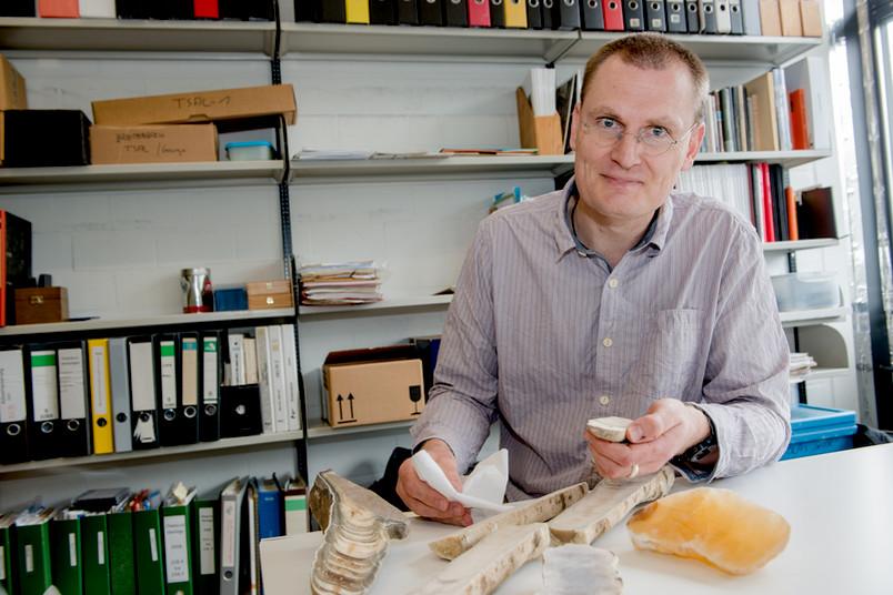 Sebastian Breitenbach interessiert sich für die Dynamik des Monsuns. Stalagmiten verraten ihm Klimavariationen über viele Tausend Jahre hinweg.