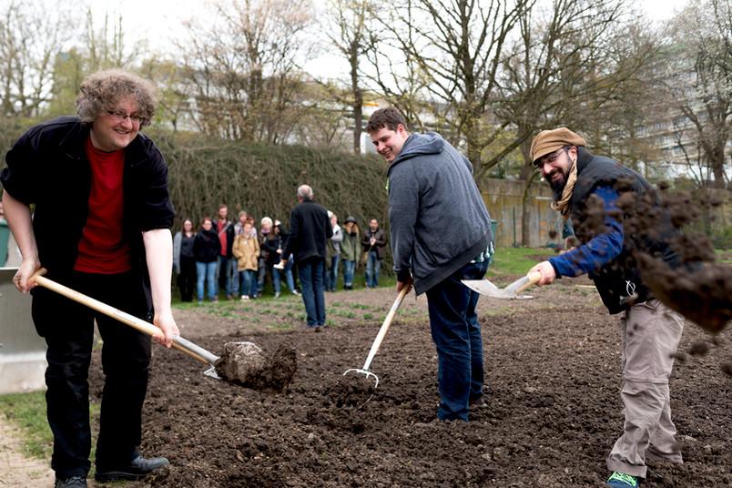 Bald wachsen hier Erbsen und Minze: Holger Bäcker, Martin Wilken und Kolja Schmidt haben mit weiteren Kommilitonen den Verein Studigarten gegründet.