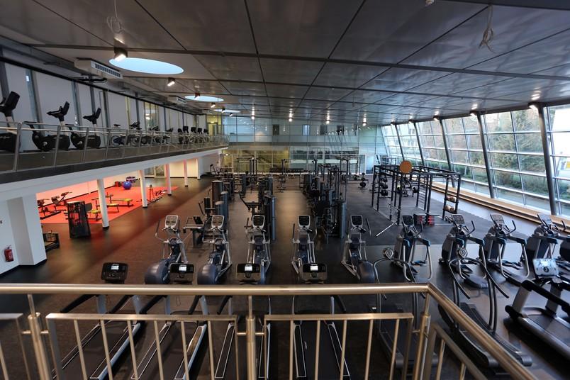 Blick von einer Empore auf den Fitnessbereich.