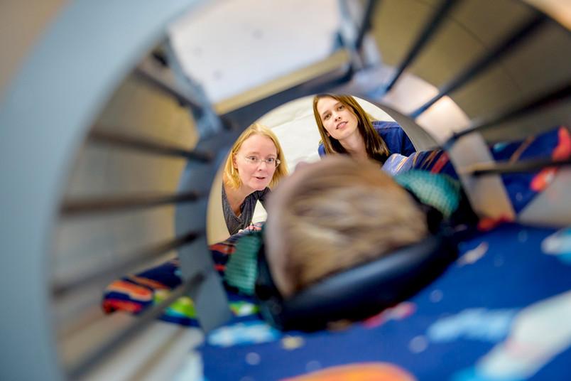 Sarah Weigelt (links) und Marisa Nordt erforschen, wie sich die Fähigkeit, Gesichter wahrzunehmen, bei Kindern entwickelt.