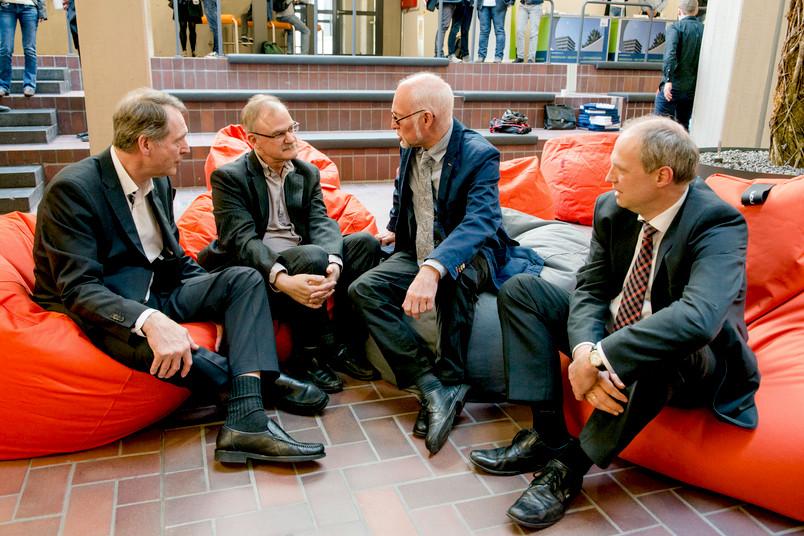 Machen es sich in den originellen Sitzsäcken bequem (von links): Axel Schölmerich, Burton Lee, Elmar Weiler und Andreas Ostendorf