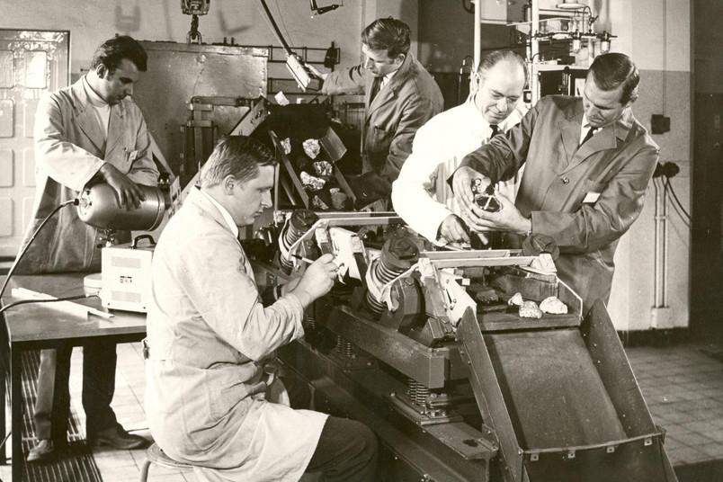 Hinter den Kulissen des Bergbaus: Blick in ein Kokerei-Labor der Westfälischen Berggewerkschaftskasse in den 1960er-Jahren