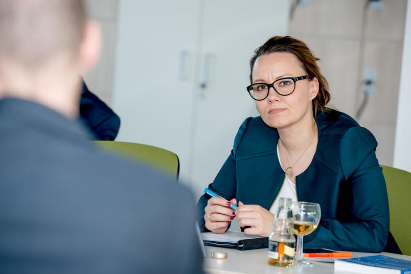 Michelle Müntefering diskutiert mit Bochumer Forschern über politische Herausforderungen der religiösen Vielfalt.