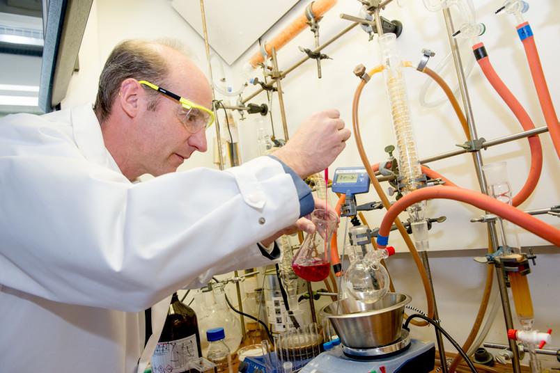 Eine Art Origami für chemische Substanzen hat ein Forscherteam entwickelt, dem auch der Bochumer Nils Metzler-Nolte angehört. Die Wissenschaftler falteten Moleküle so, dass bestimmte räumliche Strukturen entstanden.