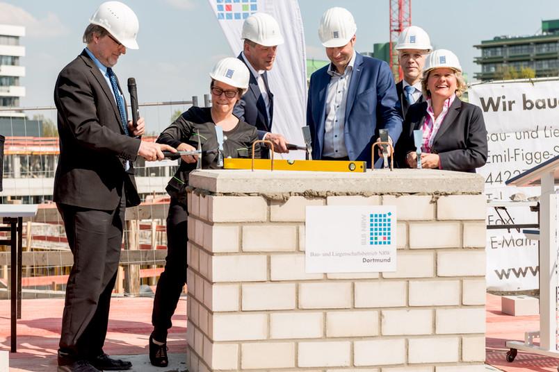 Sechs Kellen für drei Gebäude: Gemeinsam mit Wissenschaftsministerin Svenja Schulze legten Vertreter des BLB, der RUB und der Stadt Bochum die symbolischen Grundsteine.