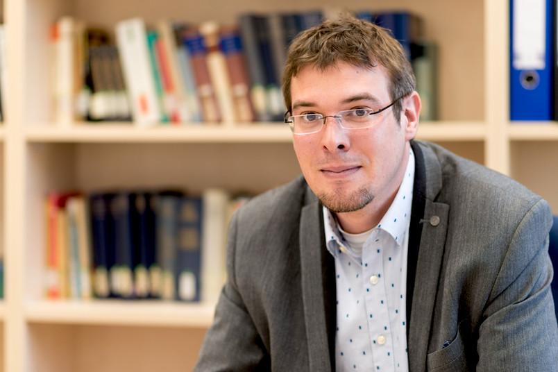 Benedikt Göcke leitet die neue Emmy-Noether-Nachwuchsgruppe an der RUB.