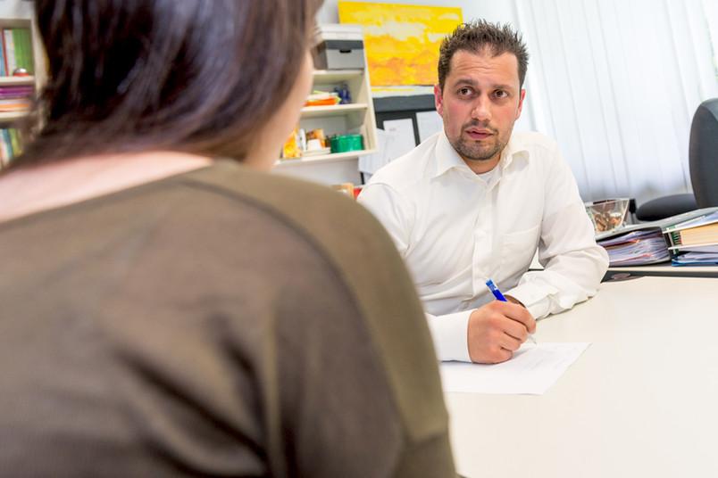 Im Gespräch bleiben: Talentscout Serhat Demir berät regelmäßig an der Gesamtschule Hattingen.
