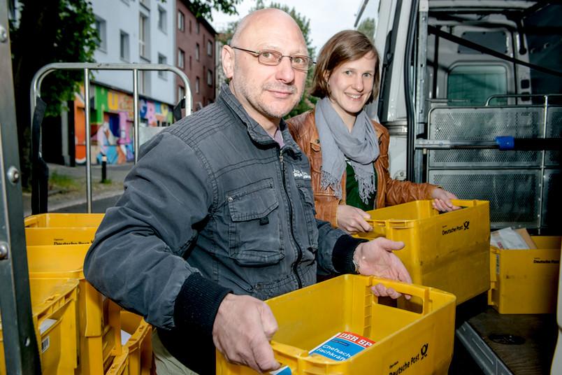 Da geht die Post ab: Bernd Meyer und Katharina Gregor bringen die Post aus der Bochumer Hauptfiliale zum Campus.