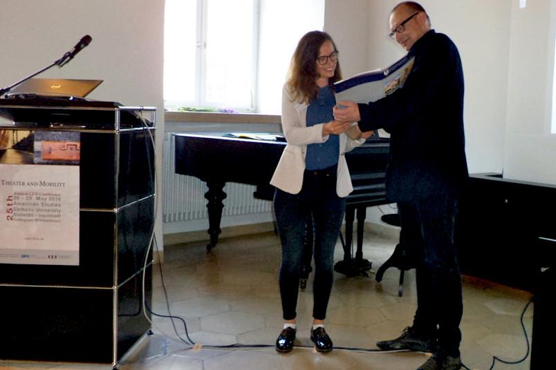 Ariane de Waal erhält den Preis von Eckart Voigts von der TU Braunschweig.