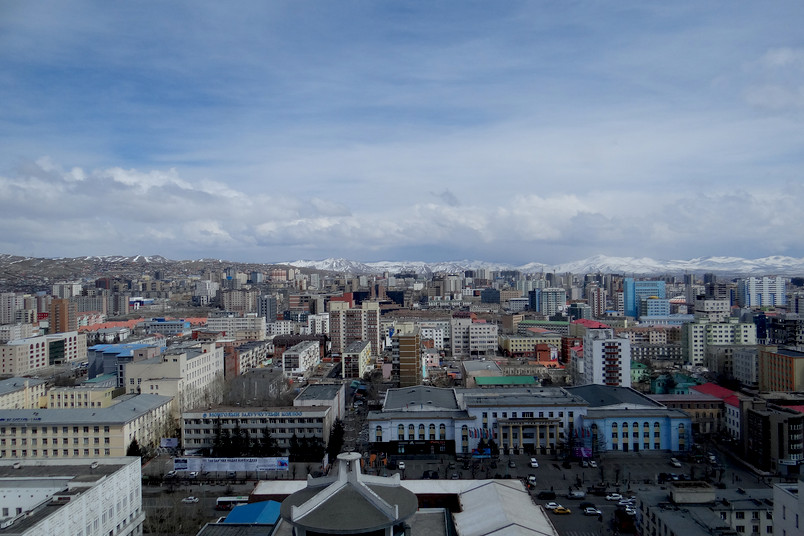 Ulaanbaatar: das Ger-Viertel, Teile der Innenstadt und Berge ringsherum