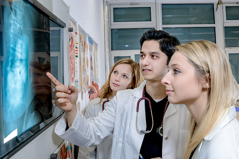 Investition in die Zukunft: Medizinstudierende im Labor – hier an der Ruhr-Universität, ab Herbst 2016 auch an Kliniken in Ostwestfalen-Lippe