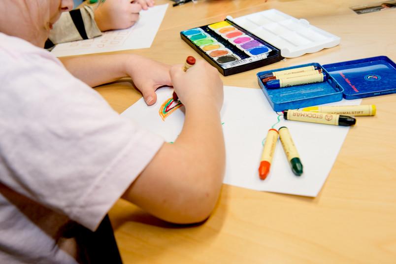 Bei Prokids machen die Ferienkinder allerhand: neben Sport unter anderem Malen