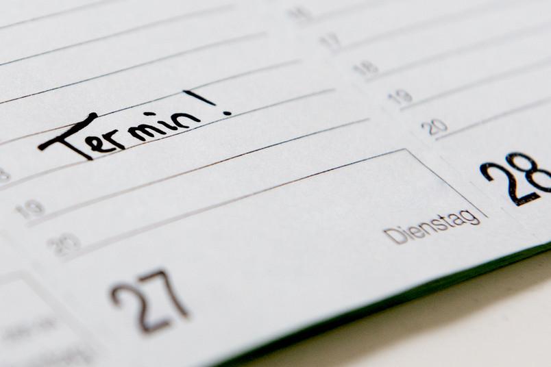 Taschenkalender mit aufgeschlagener Seite.