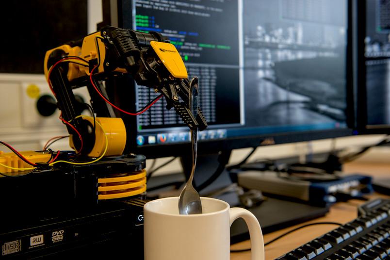 Ob es tatsächlich ein Roboter sein muss, der einem den Kaffee umrührt? Bestimmt fällt den Wissenschaftlern im neuen Forschungszentrum etwas Sinnvolleres ein.