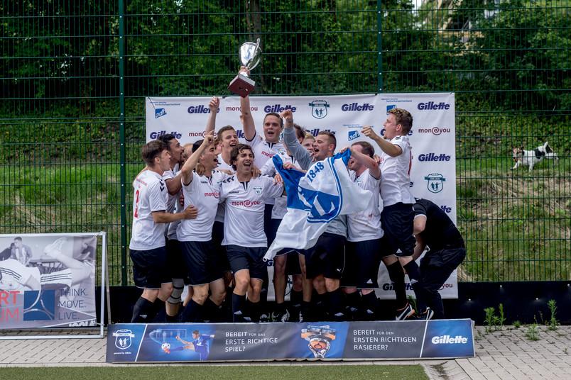 Die Spiel- und Freizeitfreunde Bochum freuen sich über den Pokal der Bochumer Uniliga.
