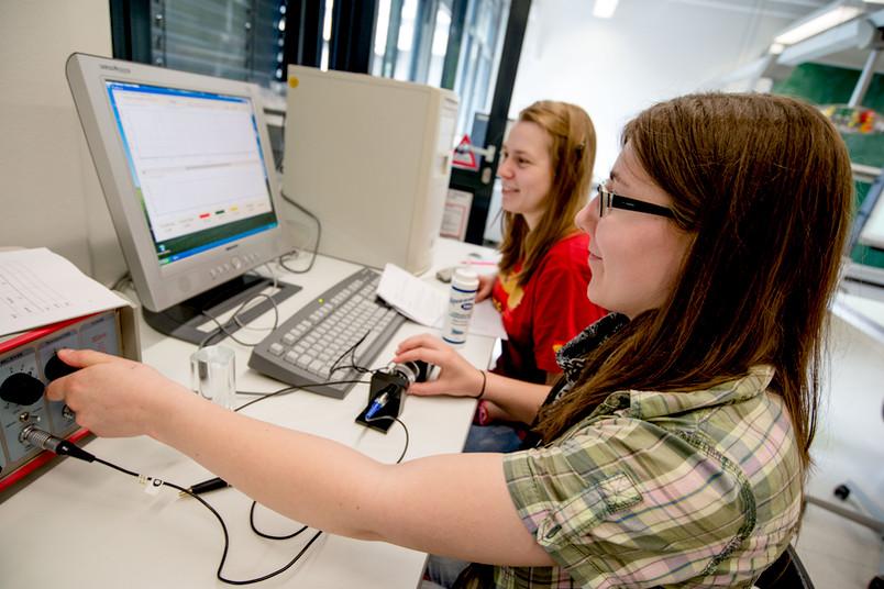 Luise Pinske (links) und Cindy Melina Richter bestimmen im Physiklabor die Ultraschallgeschwindigkeit.