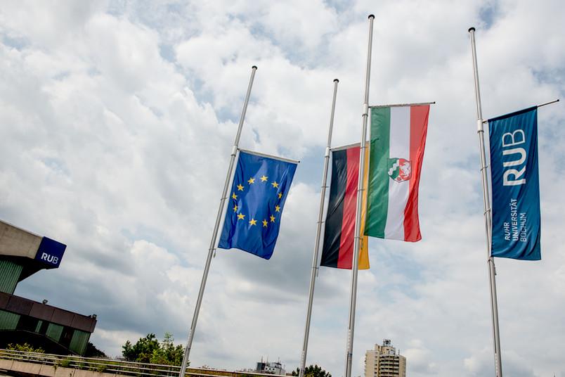 Flaggen auf dem RUB-Campus auf Halbmast
