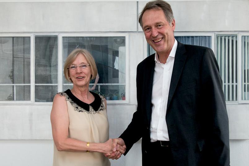 Mit Handschlag und Unterschrift besiegelt: Die Hochschule für Gesundheit und die Ruhr-Universität kooperieren. Präsidentin Anne Friedrichs und Rektor Axel Schölmerich unterzeichneten die Vereinbarung am 18. Juli 2016.