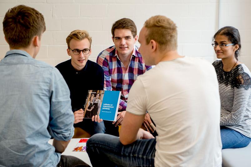 Fünf Studierende helfen ihren Kommilitonen bei der Unternehmensgründung: Moritz Schmidt, Henrik Leysner, Mauel Roters, Julian Wiechers und Vinitha Yogachandran (von links)