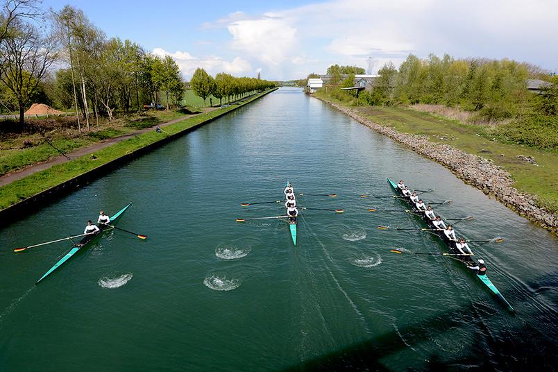 Ruderboote auf einem Fluss