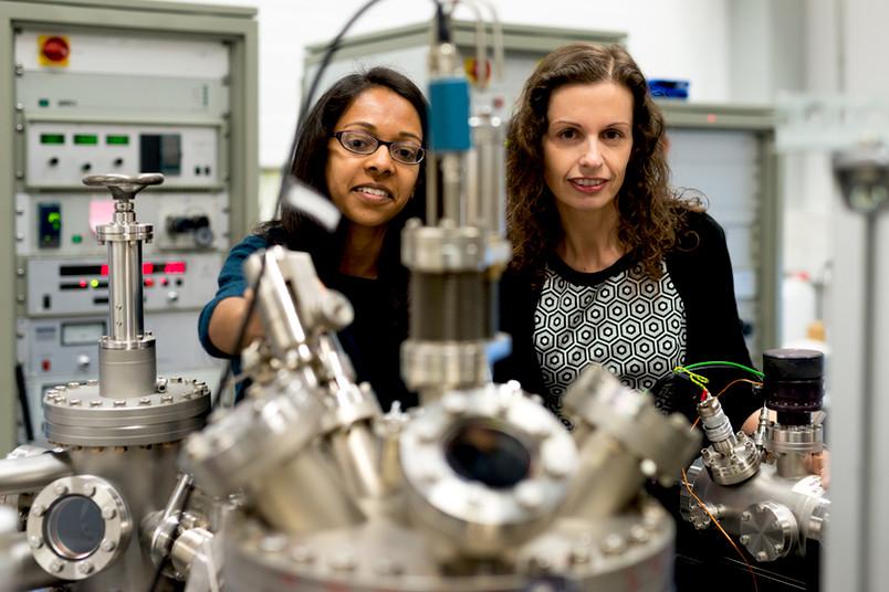 Hemma Mistry und Beatriz Roldan Cuenya stehen nebeneinander im Labor.