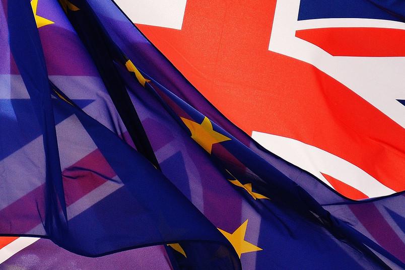 EU-Flagge und Flagge von Großbritannien liegen übereinander